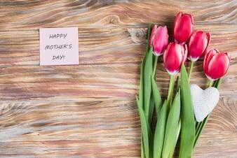 Drewniane powierzchni z dekoracyjnym notatki i tulipanów na dzień matki