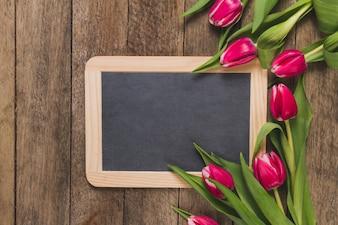 Drewniane tabeli z tablicy i tulipanów