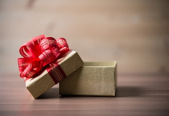 Drewno czerwony prezent zbliżenie powyżej