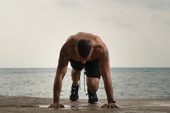 Du? Y muscled facet robi push-up na ziemi