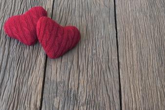 Dwie czerwone serce na stole woooden