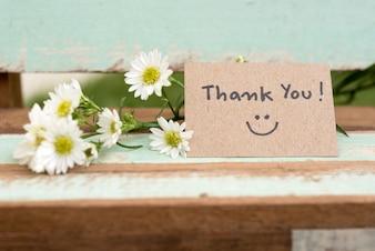 Dziękuję notatki z uśmiechem twarzy i kwiat klastra