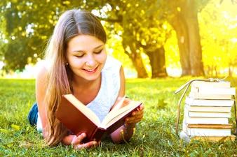 Dziewczyna czyta książkę.