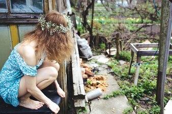 Dziewczyna ogląda niechlujny ogród