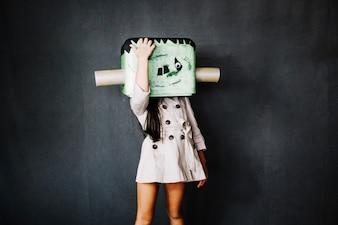 Dziewczyna w masce Frankensteina dotyka jej głowy