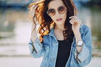 Dziewczyna w okularach przeciwsłonecznych