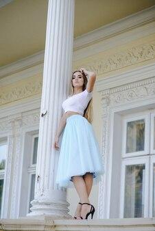 Dziewczyna w spódnicy