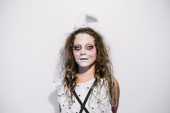 Dziewczyna z malowaną twarzą jako królik