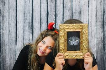 Dziewczyna z rogami i dziewczyna ukrywanie twarzy