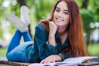 Dziewczynka leżącego na tabeli uśmiecha się