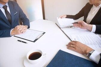 Egzaminator czytania wznowienia podczas rozmowy kwalifikacyjnej w urzędzie Koncepcji biznesowych i zasobów ludzkich