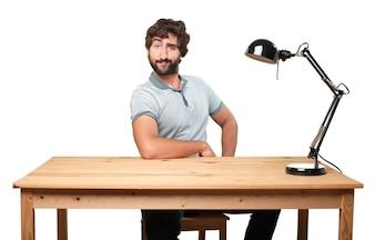 Ekspresyjna Mężczyzna siedzi na swoim miejscu pracy