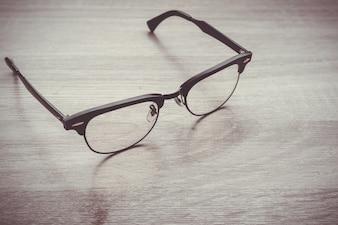 Eyeglasses Okulary z Czarna Ramka Moda Styl Vintage na tle drewniane biurko