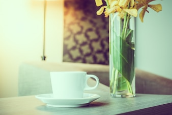 Filiżanka kawy obok wazonie