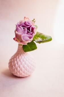 Fioletowa hortensja umieszczona w małej porcelanowej wazonie