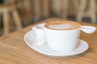 Gorąca kawa latte w sklepie