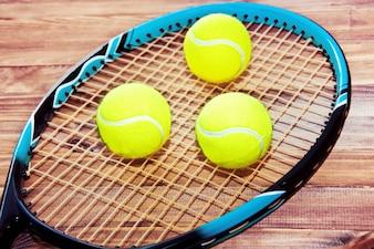 Gra w tenisa. Piłki tenisowe i rakieta.