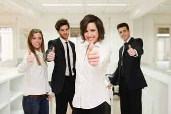 Grupa pracowników z kciuki do góry