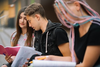 Grupa studentów na zewnątrz