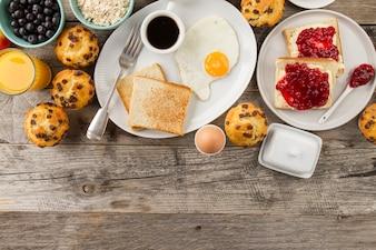 Grzanki, smażone jajko i kawa na śniadanie