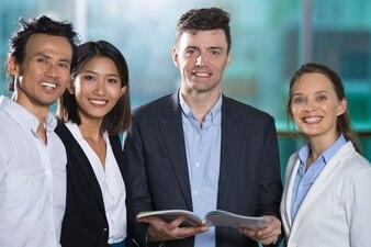 Happy Business People Czytanie Książek Razem