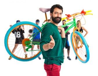 Hipster z kciukiem do góry trzymając rower