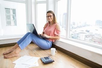 Inteligentna finansista żeński pracuje na laptopie