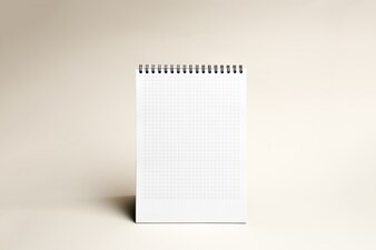 Izolowane notebooka z spirali na jasnobrązowym tle