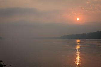 Jezioro rano krajobraz z zachodem słońca