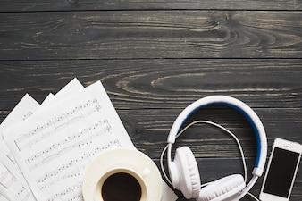 Kawa z urządzeniami muzycznymi