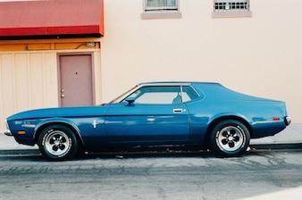 Klasyczny niebieski samochód zaparkowany