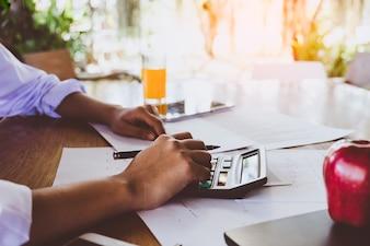 Kobieta biznesowych analizowania wykresów inwestycyjnych w godzinach porannych.