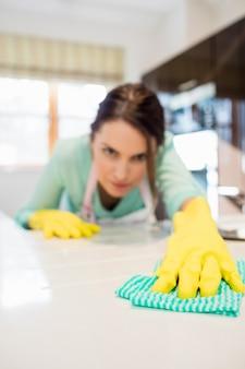 Kobieta czyszczenia blatu kuchennego
