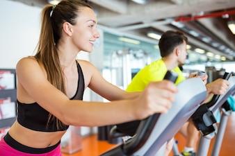 Kobieta jedzie na rowerze w siłowni
