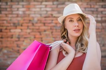 Kobieta korzystających weekend w zakupy. Zakupy kobieta w mieście. Wszystkiego najlepszego z okazji młoda kobieta z torby na zakupy