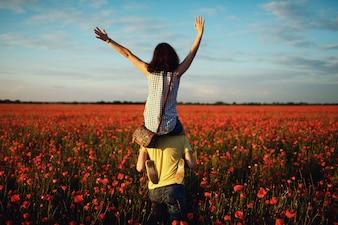 Kobieta na ramionach swojego chłopaka