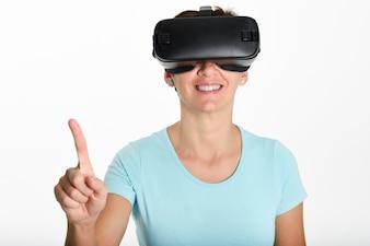 Kobieta patrz? Cw okularach VR i gesturing r? Kami.