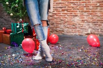 Kobieta stojąca między balonami i prezenty