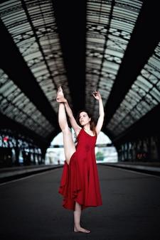 Kobieta tańczy na stacji kolejowej