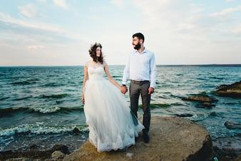 Kobieta trzyma męża nad morzem