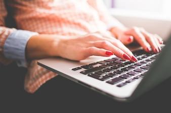 Kobieta w pracy z laptopem szczegóły