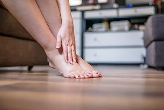 Kobieta z urazem nóg