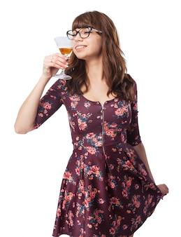 Kobieta zapachu napoju z alkoholem