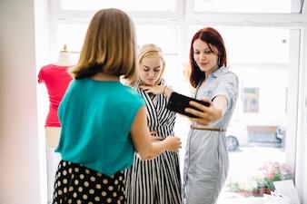 Kobiety biorące selfies z nową sukienką