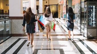 Kobiety w centrum handlowym