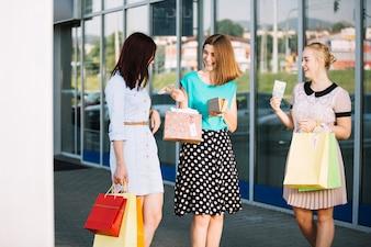 Kobiety z portfelem i torebkami papierowymi