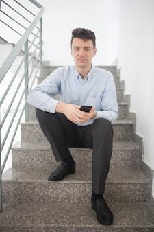 Korytarz formalny styl życia smartfon schody