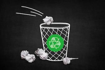 Kosz wypełniony papierami z symbolem recyklingu