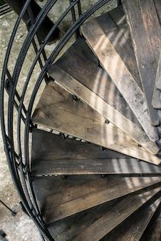 Kręte schody z starego drewna