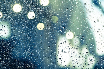 Krople deszczu w oknie